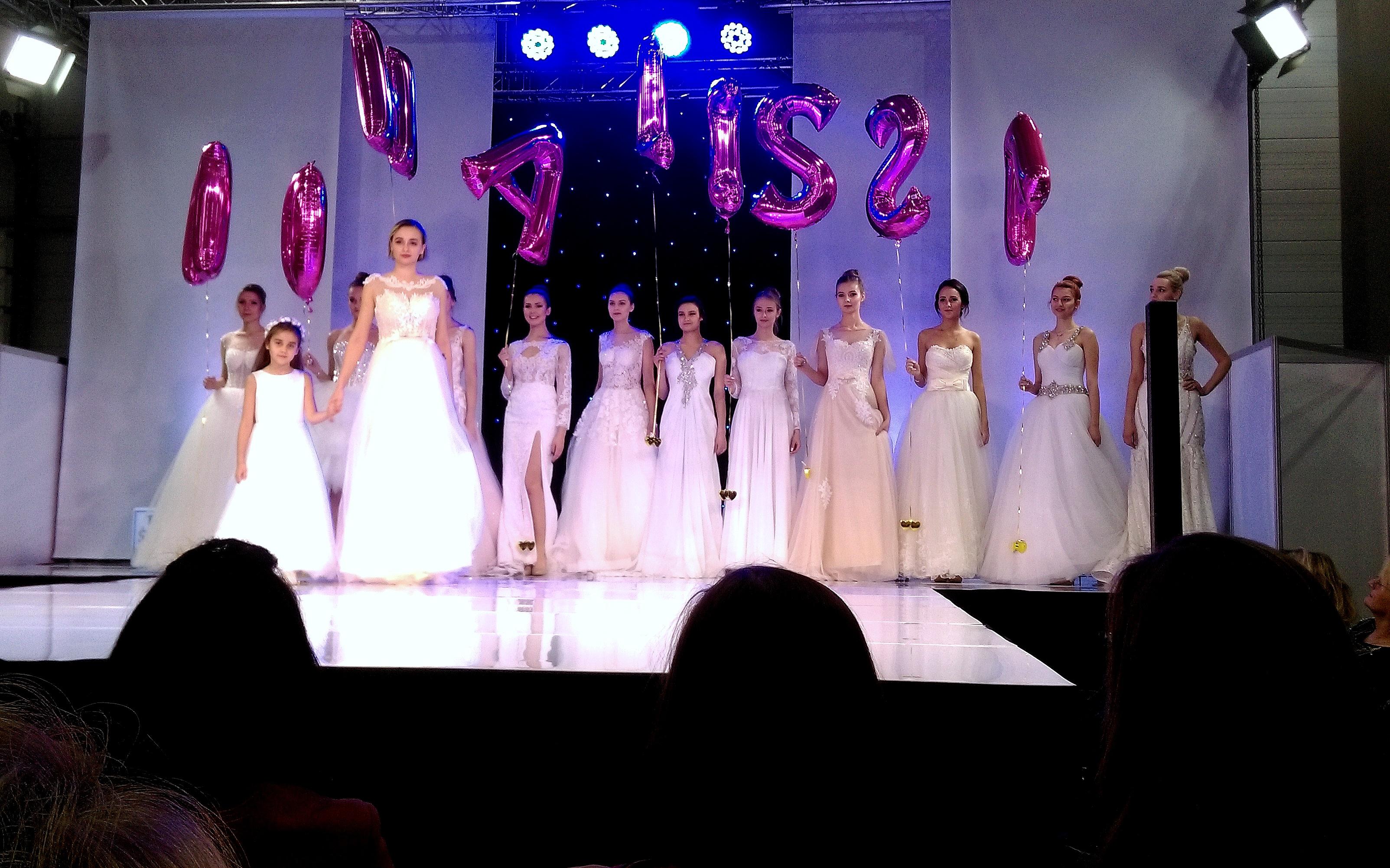 7401e303ad Autorską kolekcję sukien ślubnych pokazała Marta Kuszyńska. Dominowały w  niej suknie luźne i swobodne uszyte z koronek i tiulu.